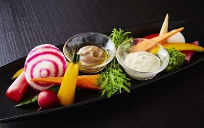 菜園野菜プレート、2種のソース